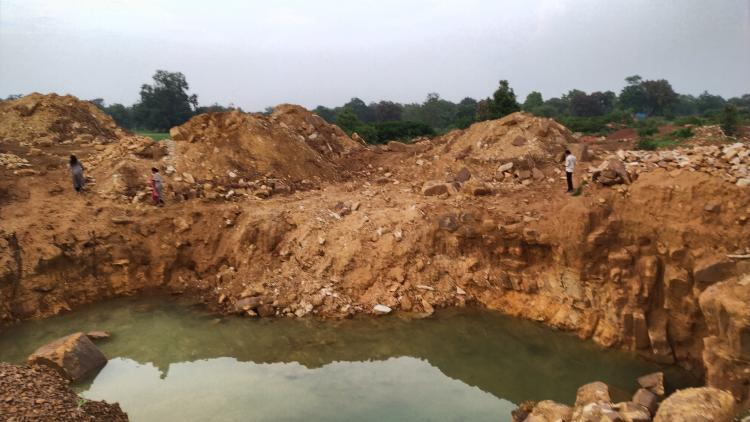 12.%20Pit%20dug%20by%20diamond%20excavtors%20with%20JCB%20in%20Dehlan%20Chouki%20of%20Panna.jpg