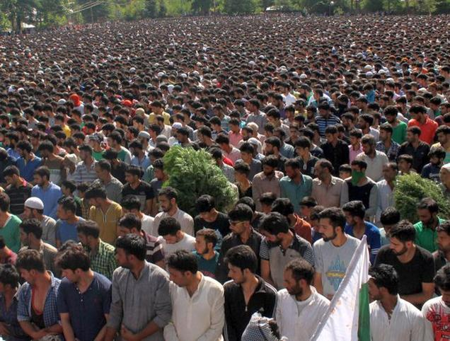 Crowd attend funeral of Burhan Wani