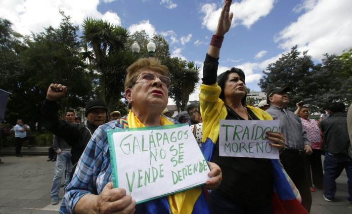"Signs read ""The Galápagos islands are not sold, they are defended"" ""Lenín traitor"" at the demonstration in front of the Carondelet Palace in Quito, Ecuador, on June 17. (Photo: Pulso SLP)"