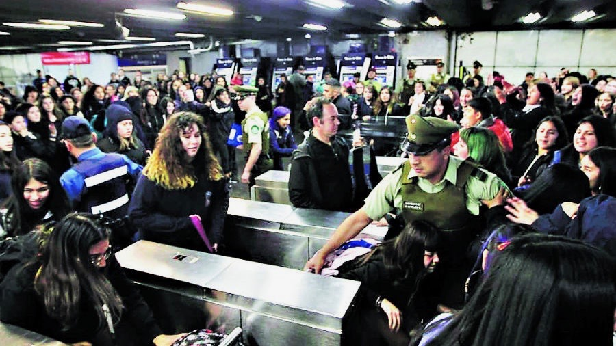 Chilean Students Hop Turnstiles