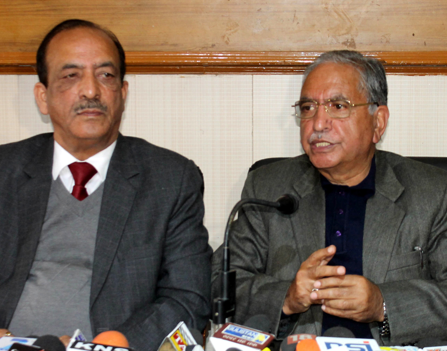 Former Ministers Dilawar Mir & G H Mir addressing a joint press conference at Jammu on Thursday