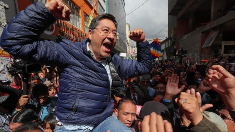 Upon leaving the Attorney General's Office, Arce was received by hundreds of MAS supporters who shouted slogans in support of his presidential candidacy. Photo: Página 12