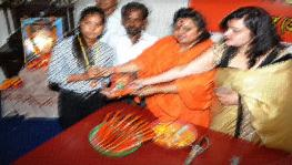 Hindu Mahasabha distributing knives to children