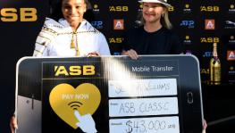 Serena Williams with her prize money cheque from Auckland Classic