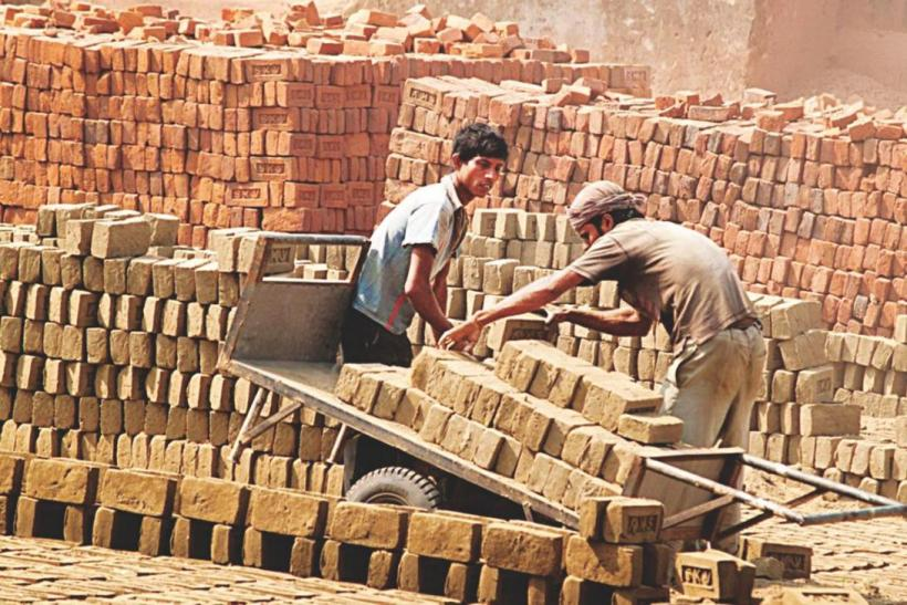 COVID-19 Lockdown Cost Livelihood of 78% Informal Sector Workers, Says Survey