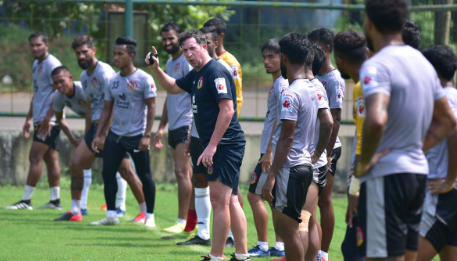 Robbie Fowler with SC East Bengal players in Goa