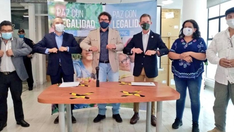 On November 4, the Common Alternative Revolutionary Forces (FARC) political party signed a four-point with the Colombian national government that guarantees the implementation of the peace accords. Photo: Pastor Alape Lascarro twitter