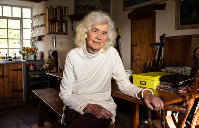Jan Morris, Author and Transgender Pioneer, Dies at 94